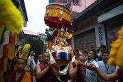 Торжественная процессия, несущая статую Гуру Падмасамбхавы, совершает обхождение вокруг монастыря Оргьен Херука на озере Цо-Пема. Ревалсар, штат Химачал Прадеш, Индия. 14 июля 2016 г. Фото: Тензин Пхунцок (офис ЕСДЛ)