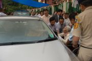 После учения по дороге обратно в монастырь Оргьен Херука Его Святейшество Далай-лама благославляет пожилых тибетцев. Ревалсар, штат Химачал Прадеш, Индия. 14 июля 2016 г. Фото: Тензин Пхунцок (офис ЕСДЛ)