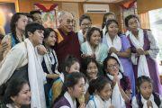 Его Святейшество Далай-лама фотографируется на память со школьниками, посещающими летний лагерь Тибетской детской деревни. Дхарамсала, Индия. 20 июля 2016 г. Фото: Тензин Чойджор (офис ЕСДЛ)