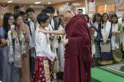 Его Святейшество Далай-лама шутливо общается с учащимися по завершении встречи, прошедшей в его резиденции. Дхарамсала, Индия. 20 июля 2016 г. Фото: Тензин Чойджор (офис ЕСДЛ)