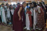 Его Святейшество Далай-лама приветствует школьников, посещающих летний лагерь Тибетской детской деревни, в начале встречи, прошедшей в его резиденции. Дхарамсала, Индия. 20 июля 2016 г. Фото: Тензин Чойджор (офис ЕСДЛ)
