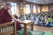 Одна из школьниц, посещающих летний лагерь Тибетской детской деревни, задает вопрос Его Святейшеству Далай-ламе во время встречи, прошедшей в его резиденции. Дхарамсала, Индия. 20 июля 2016 г. Фото: Тензин Чойджор (офис ЕСДЛ)