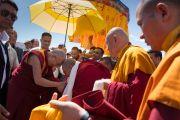 Монахи встречают Его Святейшество Далай-ламу в аэропорту им. Кушока Бакулы Ринпоче. Ле, Ладак, штат Джамму и Кашмир, Индия. 25 июля 2016 г. Фото: Тензин Чойджор (офис ЕСДЛ)