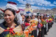 Представительницы местного тибетского сообщества в традиционных одеяниях выстроились вдоль дороги, чтобы поприветствовать Его Святейшество Далай-ламу по прибытии в аэропорт им. Кушока Бакулы Ринпоче. Ле, Ладак, штат Джамму и Кашмир, Индия. 25 июля 2016 г. Фото: Тензин Чойджор (офис ЕСДЛ)