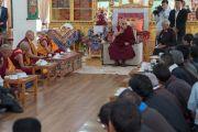 Его Святейшество Далай-лама обращается к участникам встречи, прошедшей в зале собраний Шивацель Пходранга, его официальной резиденции в Ладаке. Ле, Ладак, штат Джамму и Кашмир, Индия. 25 июля 2016 г. Фото: Тензин Чойджор (офис ЕСДЛ)