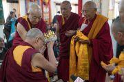 Ганден Три Ринпоче и Дрикунг Чецанг Ринпоче совершают традиционные подношения Его Святейшеству Далай-ламе в начале встречи в Шивацель Пходранге, официальной резиденции Далай-ламы в Ладаке. Ле, Ладак, штат Джамму и Кашмир, Индия. 25 июля 2016 г. Фото: Тензин Чойджор (офис ЕСДЛ)