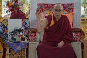 Его Святейшество Далай-лама дарует наставления в ходе встречи, прошедшей в зале собраний Шивацель Пходранга, его официальной резиденции в Ладаке. Ле, Ладак, штат Джамму и Кашмир, Индия. 25 июля 2016 г. Фото: Тензин Чойджор (офис ЕСДЛ)