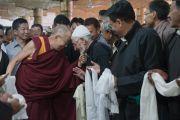 Его Святейшество Далай-лама приветствует старших служителей мечети суннитов. Ле, Ладак, штат Джамму и Кашмир, Индия. 27 июля 2016. Фото: Тензин Чойджор (офис ЕСДЛ)