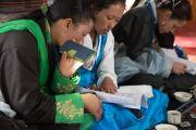 Тибетцы из местного тибетского сообщества читают молитвы вместе с Его Святейшеством Далай-ламой в храме Джоканг. Ле, Ладак, штат Джамму и Кашмир, Индия. 27 июля 2016. Фото: Тензин Чойджор (офис ЕСДЛ)