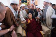 Его Святейшество Далай-лама со служителями мечети шиитов. Ле, Ладак, штат Джамму и Кашмир, Индия. 27 июля 2016. Фото: Тензин Чойджор (офис ЕСДЛ)