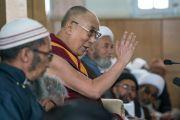 Его Святейшество Далай-лама обращается к собравшимся во время встречи в  мечети шиитов. Ле, Ладак, штат Джамму и Кашмир, Индия. 27 июля 2016. Фото: Тензин Чойджор (офис ЕСДЛ)