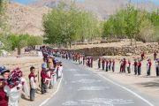 Школьники выстроились вдоль дороги, чтобы проводить Его Святейшество Далай-ламу по окончании визита в монастырь Нгагьюр Дактог. Ладак, штат Джамму и Кашмир, Индия. 5 августа 2016 г. Фото: Тензин Чойджор (офис ЕСДЛ)