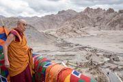 Его Святейшество Далай-лама любуется видом на долину Ле во время визита в монастырь Зангдок Палри. Ладак, штат Джамму и Кашмир, Индия. 7 августа 2016 г. Фото: Тензин Чойджор (офис ЕСДЛ)
