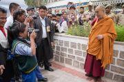 По завершении визита Его Святейшество Далай-лама позирует для студентов фотоклуба Тибетской детской деревни Чогламсара. Ладак, штат Джамму и Кашмир, Индия. 7 августа 2016 г. Фото: Тензин Чойджор (офис ЕСДЛ)