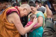 Покидая Тибетскую детскую деревню Чогламсара, Его Святейшество Далай-лама останавливается, чтобы благословить маленького ребенка. Ладак, штат Джамму и Кашмир, Индия. 7 августа 2016 г. Фото: Тензин Чойджор (офис ЕСДЛ)