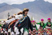 Тибетцы из местного тибетского сообщества исполняют традиционный танец во время визита Его Святейшества Далай-ламы в Тибетскую детскую деревню Чогламсара. Ладак, штат Джамму и Кашмир, Индия. 7 августа 2016 г. Фото: Тензин Чойджор (офис ЕСДЛ)