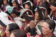 Местные жители в традиционных одеяниях слушают обращение Его Святейшества Далай-ламы в монастыре Зангдок Палри. Ладак, штат Джамму и Кашмир, Индия. 7 августа 2016 г. Фото: Тензин Чойджор (офис ЕСДЛ)