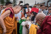 Юные тибетцы совершают традиционное подношение Его Святейшеству Далай-ламе по прибытии в Тибетскую детскую деревню Чогламсара. Ладак, штат Джамму и Кашмир, Индия. 7 августа 2016 г. Фото: Тензин Чойджор (офис ЕСДЛ)