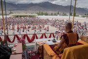 Его Святейшество Далай-лама смотрит выступление местных тибетцев на футбольном поле Тибетской детской деревни Чогламсара. Ладак, штат Джамму и Кашмир, Индия. 7 августа 2016 г. Фото: Тензин Чойджор (офис ЕСДЛ)