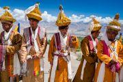 Ладакцы в традиционных одеяниях ожидают прибытия Его Святейшества Далай-ламы к недавно возведенной статуе Будды Шакьямуни. Сток, Ладак, штат Джамму и Кашмир, Индия. 8 августа 2016 г. Фото: Тензин Чойджор (офис ЕСДЛ)