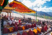 Его Святейшество Далай-лама обращается к студентам, почетным гостям и местным жителям во время праздника в Институте буддийской диалектики в Нгари. Сабу, Ладак, штат Джамму и Кашмир, Индия. 8 августа 2016 г. Фото: Тензин Чойджор (офис ЕСДЛ)