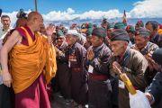 Его Святейшество Далай-лама приветствует военных пенсионеров Ладака по прибытии к недавно возведенной статуе Будды Шакьямуни. Сток, Ладак, штат Джамму и Кашмир, Индия. 8 августа 2016 г. Фото: Тензин Чойджор (офис ЕСДЛ)