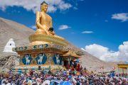 Местные жители собрались у недавно возведенной статуи Будды Шакьямуни, чтобы послушать наставления Его Святейшества Далай-ламы. Сток, Ладак, штат Джамму и Кашмир, Индия. 8 августа 2016 г. Фото: Тензин Чойджор (офис ЕСДЛ)