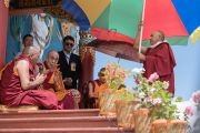 Его Святейшество Далай-лама дарует наставления местным жителям, собравшимся у недавно возведенной статуи Будды Шакьямуни. Сток, Ладак, штат Джамму и Кашмир, Индия. 8 августа 2016 г. Фото: Тензин Чойджор (офис ЕСДЛ)