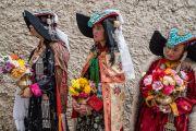 Местные жители в традиционных одеяниях ожидают завершения визита в деревню Сток, чтобы почтительно проводить Его Святейшество Далай-ламу. Сток, Ладак, штат Джамму и Кашмир, Индия. 8 августа 2016 г. Фото: Тензин Чойджор (офис ЕСДЛ)