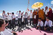 По прибытии в старшую школу имени Сиддхартхи в деревне Сток Его Святейшество Далай-лама наблюдает, как школьники проводят буддийский философский диспут. Сток, Ладак, штат Джамму и Кашмир, Индия. 8 августа 2016 г. Фото: Тензин Чойджор (офис ЕСДЛ)
