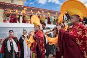 Громогласными звуками ритуальных труб монахи торжественно приветствуют Его Святейшество Далай-ламу по прибытии в Институт буддийской диалектики в Нгари. Сабу, Ладак, штат Джамму и Кашмир, Индия. 8 августа 2016 г. Фото: Тензин Чойджор (офис ЕСДЛ)