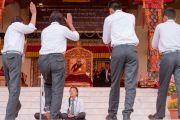 Его Святейшество Далай-лама наблюдает, как группа учащихся проводит буддийский философский диспут во время торжественного открытия четвертого Большого летнего религиозного совета в монастыре Тикси. Ладак, штат Джамму и Кашмир, Индия. 9 августа 2016 г. Фото: Тензин Чойджор (офис ЕСДЛ)