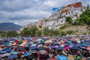 Вид на монастырь Тикси. Слушатели прячутся под зонтиками от солнца во время торжественного открытия четвертого Большого летнего религиозного совета. Ладак, штат Джамму и Кашмир, Индия. 9 августа 2016 г. Фото: Тензин Чойджор (офис ЕСДЛ)