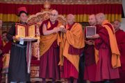 Его Святейшество Далай-лама вручает Тикси Ринпоче благодарственную медаль во время торжественного открытия четвертого Большого летнего религиозного совета в монастыре Тикси. Ладак, штат Джамму и Кашмир, Индия. 9 августа 2016 г. Фото: Тензин Чойджор (офис ЕСДЛ)