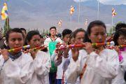 Группа студентов исполняет государственные гимны Тибета и Индии в начале торжественного открытия четвертого Большого летнего религиозного совета, в котором принял участие Его Святейшество Далай-лама. Ладак, штат Джамму и Кашмир, Индия. 9 августа 2016 г. Фото: Тензин Чойджор (офис ЕСДЛ)
