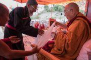 Его Святейшество Далай-лама благодарит представителя шиитской общины шейха Джаведа, выступившего с приветственной речью на торжественном открытии четвертого Большого летнего религиозного совета в монастыре Тикси. Ладак, штат Джамму и Кашмир, Индия. 9 августа 2016 г. Фото: Тензин Чойджор (офис ЕСДЛ)