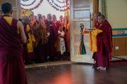 Его Святейшество Далай-лама освящает новый зал для проведения учений в монастыре Тикси. Ладак, штат Джамму и Кашмир, Индия. 9 августа 2016 г. Фото: Тензин Чойджор (офис ЕСДЛ)