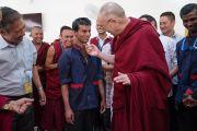 Его Святейшество Далай-лама шутливо приветствует работника кухни во время обеда в монастыре Тикси. Ладак, штат Джамму и Кашмир, Индия. 9 августа 2016 г. Фото: Тензин Чойджор (офис ЕСДЛ)