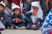 Юные слушатели пьют чай во время торжественного открытия четвертого Большого летнего религиозного совета в монастыре Тикси. Ладак, штат Джамму и Кашмир, Индия. 9 августа 2016 г. Фото: Тензин Чойджор (офис ЕСДЛ)
