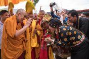 Местные жители совершают традиционные подношения Его Святейшеству Далай-ламе по прибытии в монастырь Тикси. Ладак, штат Джамму и Кашмир, Индия. 9 августа 2016 г. Фото: Тензин Чойджор (офис ЕСДЛ)