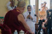Одна из учениц задает Его Святейшеству Далай-ламе вопрос во время интерактивной беседы в монастыре Тикси. Ладак, штат Джамму и Кашмир, Индия. 9 августа 2016 г. Фото: Тензин Чойджор (офис ЕСДЛ)