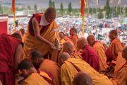 Один из монахов передает ритуальное подношение торма, призванное устранить препятствия во время посвящения долгой жизни, проводимого Его Святейшеством Далай-ламой в Тикси. Ладак, штат Джамму и Кашмир, Индия. 11 августа 2016 г. Фото: Тензин Чойджор (офис ЕСДЛ)