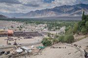 Вид на площадь у подножия холма, на котором стоит монастырь Тикси, во время учений Его Святейшества Далай-ламы. Ладак, штат Джамму и Кашмир, Индия. 10 августа 2016 г. Фото: Тензин Чойджор (офис ЕСДЛ)