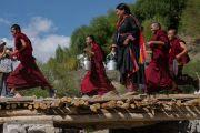Волонтеры спешат подать чай слушателям учений Его Святейшества Далай-ламы в Тикси. Ладак, штат Джамму и Кашмир, Индия. 10 августа 2016 г. Фото: Тензин Чойджор (офис ЕСДЛ)
