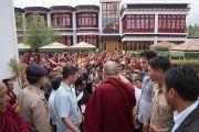 Его Святейшество Далай-лама благодарит монахов монастыря Тикси за помощь в организации его визита. Ладак, штат Джамму и Кашмир, Индия. 12 августа 2016 г. Фото: Тензин Чойджор (офис ЕСДЛ)