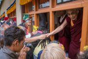 Его Святейшество Далай-лама приветствует верующих по прибытии в женский монастырь Гаден Чатньянлинг в Тикси. Ладак, штат Джамму и Кашмир, Индия. 12 августа 2016 г. Фото: Тензин Чойджор (офис ЕСДЛ)