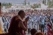 Его Святейшество Далай-лама приветствует верующих, собравшихся послушать его наставления в школе Ламдон в Ше. Ладак, штат Джамму и Кашмир, Индия. 12 августа 2016 г. Фото: Тензин Чойджор (офис ЕСДЛ)