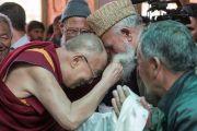 Его Святейшество Далай-лама приветствует прихожанина мечети шиитов в Тикси. Ладак, штат Джамму и Кашмир, Индия. 12 августа 2016 г. Фото: Тензин Чойджор (офис ЕСДЛ)