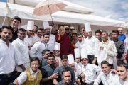 Его Святейшество Далай-лама фотографируется с работниками кухни после обеда в рекреационном центре Чампа в Тикси. Ладак, штат Джамму и Кашмир, Индия. 12 августа 2016 г. Фото: Тензин Чойджор (офис ЕСДЛ)