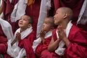 Юные монахи почтительно провожают Его Святейшество Далай-ламу по завершении визита в монастырь Тикси. Ладак, штат Джамму и Кашмир, Индия. 12 августа 2016 г. Фото: Тензин Чойджор (офис ЕСДЛ)
